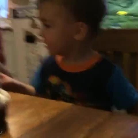 一个不会吹蜡烛的宝宝,最后还是爸爸想到了一个办法。。。萌翻惹!!