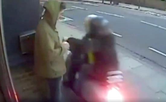 拍客 伦敦街头频发摩托抢劫 抢匪几秒钟就抢得两部手机 微博@爷爱怀旧 爷爱怀旧