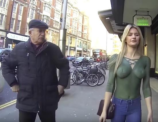 半裸人体彩绘模特走在伦敦街头