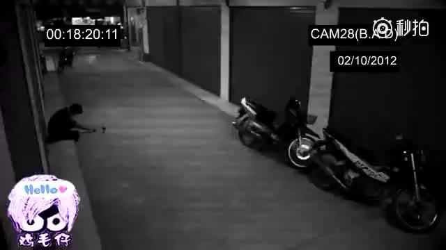 小伙假扮残疾人,街头乞讨,监控突然拍到这段哭笑不得的视频!