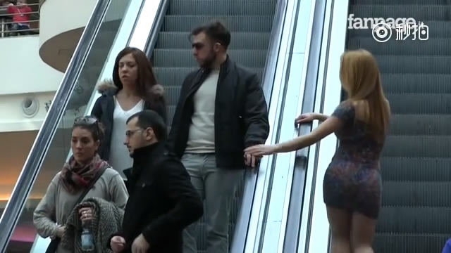 """辣妹乘扶梯时故意摸""""有妇之夫""""的手。。这回家要跪搓衣板的节奏啊"""