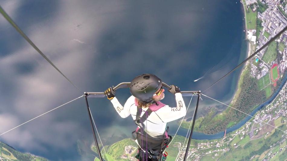 爷爱怀旧 YouTube每日视频精选 男子滑翔突然滑翔翼断裂 依靠紧急降落伞才勉强脱险