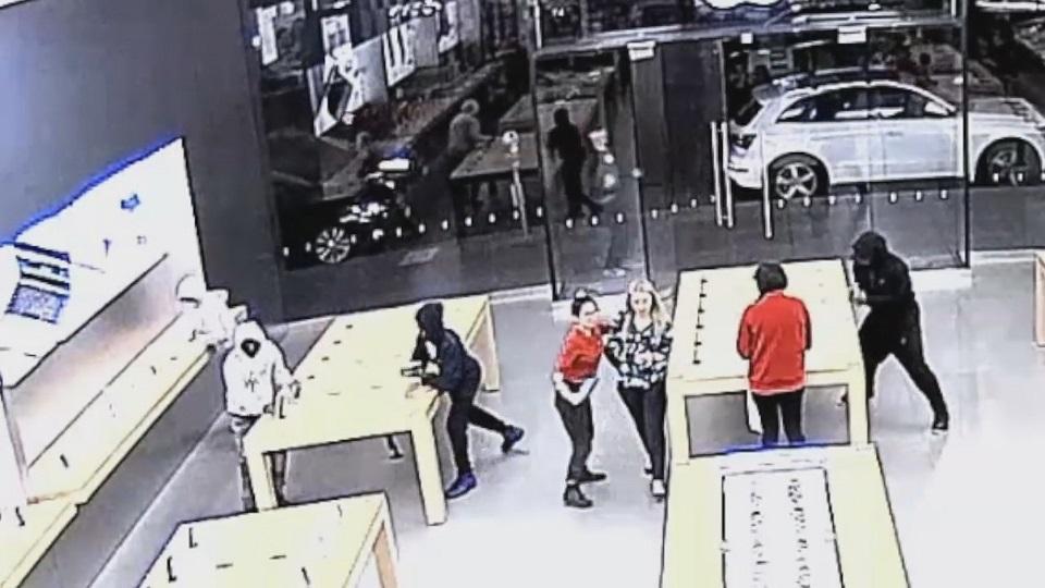 有趣的短视频 ZoominTV 苹果店的被抢画面!