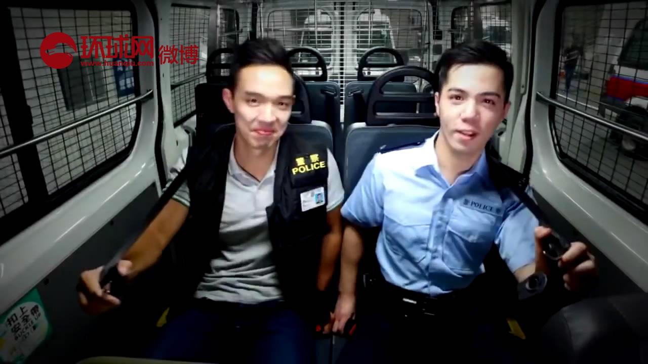 """香港警方改编近日网络流行歌曲《Pen-Pineapple-Apple-Pen》(PPAP),并拍摄了视频。他们保留原来的曲子,把歌词换成了belt(安全带)和buckle(扣),建议大家系好安全带,扣好安全带扣。视频最后弹出""""若要坐得稳,安全带扣紧。"""" 一起来感"""
