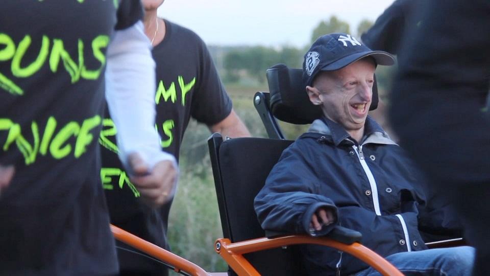 【运动】 有趣的短视频 ZoominTV 早衰症患者在朋友帮助下,完成马拉松的梦想