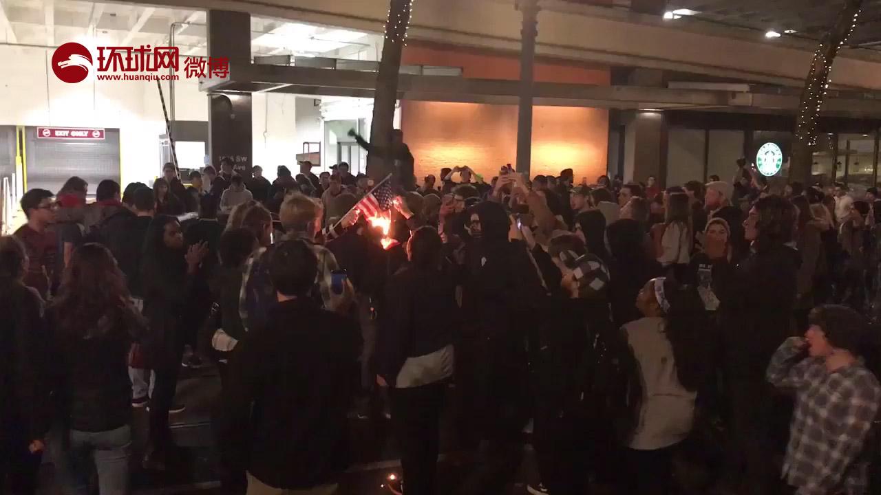 【美大学生焚烧国旗 抗议特朗普当选新总统】据美国全国广播公司(NBC)报道,当地时间9日,美国部分大学的大学生焚烧美国国旗并高喊反对特朗普的口号。另据报道,9日清晨,美国加利福尼亚、俄勒冈州、华盛顿和纽约市举行了反特朗普示威游