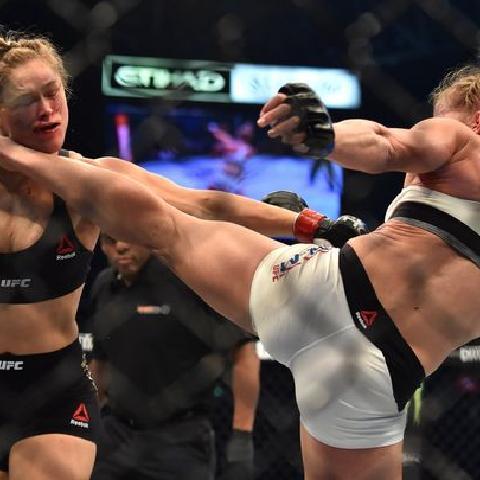 体育 UFC女王之争 隆达罗西第二回合被霍莉霍尔姆KO 不败纪录被终结 皇位易主 微博@爷爱怀旧 体育
