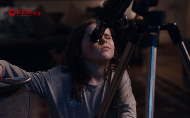 John Lewis 2015年圣诞广告短片《月球上的老人》。一个小女孩儿通过望远镜发现月球上住着一位孤独的老人,于是她每天都在望远镜后面陪伴他。节日到了,小女孩儿收到了很多礼物,她也想给月球上那位孤独的老人送去一份礼物...