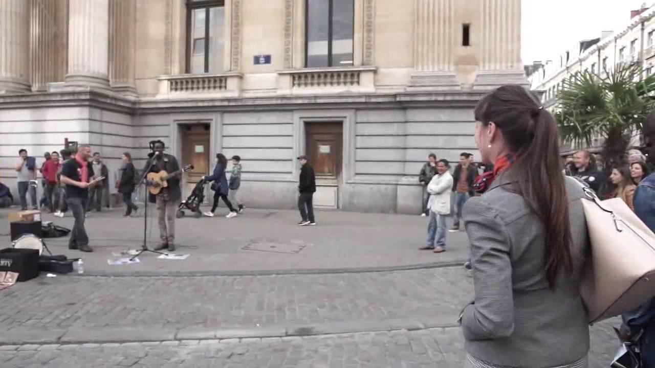 """街头艺人 街头艺人 【这个家伙太厉害了】看看音乐有多大的魅力,雷鬼黑哥的一首""""三只小鸟""""让这位超强小姐忍不住冲上来!这样的现场简直不能再棒了!"""