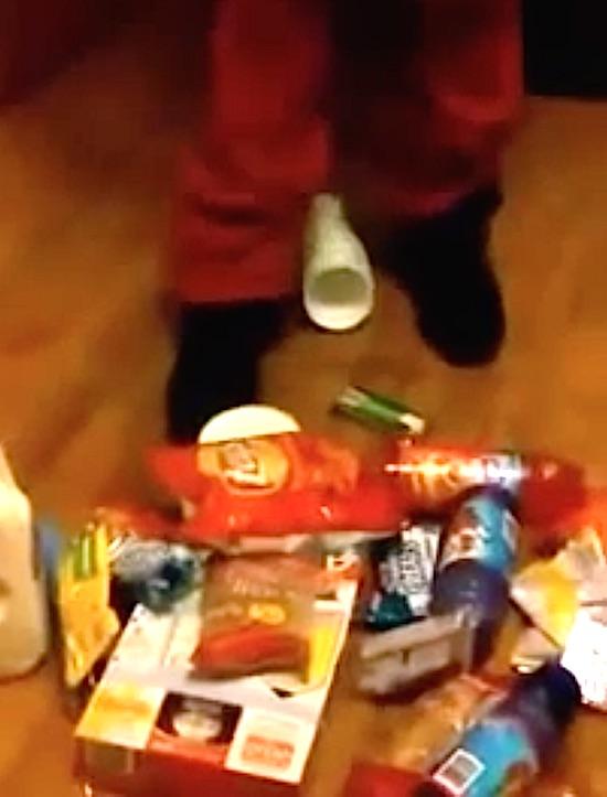 惊奇 一个小偷展示他光顾超市后的战利品 他的裤子好神奇 微博@爷爱怀旧 惊奇
