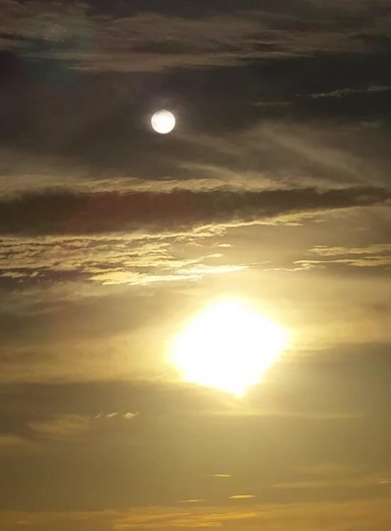 惊奇 爷爱怀旧 美国佛罗里达萨尼伯尔 出现奇观 天空仿佛出现第二个太阳(不是月亮 月亮在旁边) 微博@爷爱怀旧 惊奇 爷爱怀旧