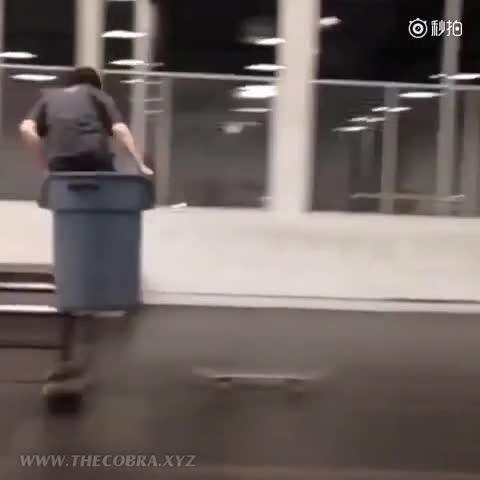 牛人 滑板高手用垃圾桶玩出花样 微博@爷爱怀旧 爷爱怀旧