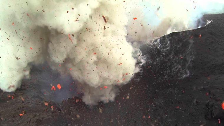 爷爱怀旧 YouTube每日视频精选 用大疆无人机航拍瓦努阿图塔纳岛上的火山喷发 微博@爷爱怀旧 爷爱怀旧