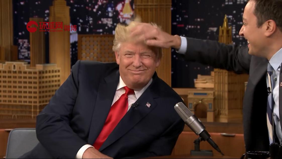 美国《肥伦今夜秀》中,主持人Jimmy Fallo