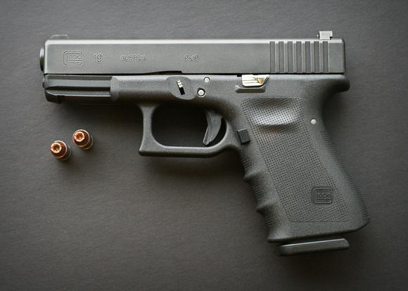 惊奇 全自动Glock19手枪配G19弹夹 俨然一部微冲 微博@爷爱怀旧 惊奇