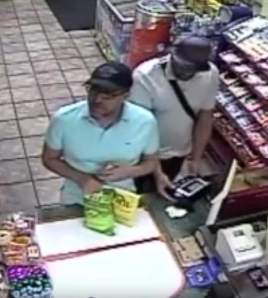 爷爱怀旧 迈阿密某超市 嫌犯仅用几秒钟就将复制器安装在刷卡机上 一人操作另两人掩护 微博@爷爱怀旧 爷爱怀旧