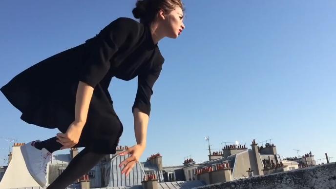 法国女孩在巴黎屋檐上飞檐走壁,跑酷竟然可以如此优雅。,mp