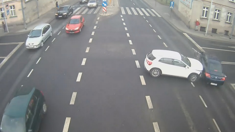 有趣的短视频 ZoominTV 惊险的车祸现场!