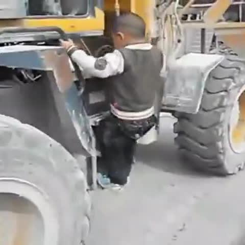 5岁小孩开铲车视频,比大人还厉害。