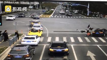 实拍3初中生手拉手闯红灯过马路 瞬间被撞飞
