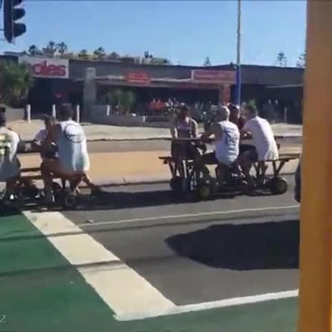 创意 澳大利亚珀斯 一帮有才哥们儿把公园桌椅改造成车辆 超休闲的赶脚 微博@爷爱怀旧 创意