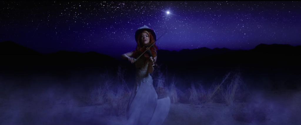 人气小提琴手Lindsey Stirling演绎《彼得的龙》原声《Something Wild》