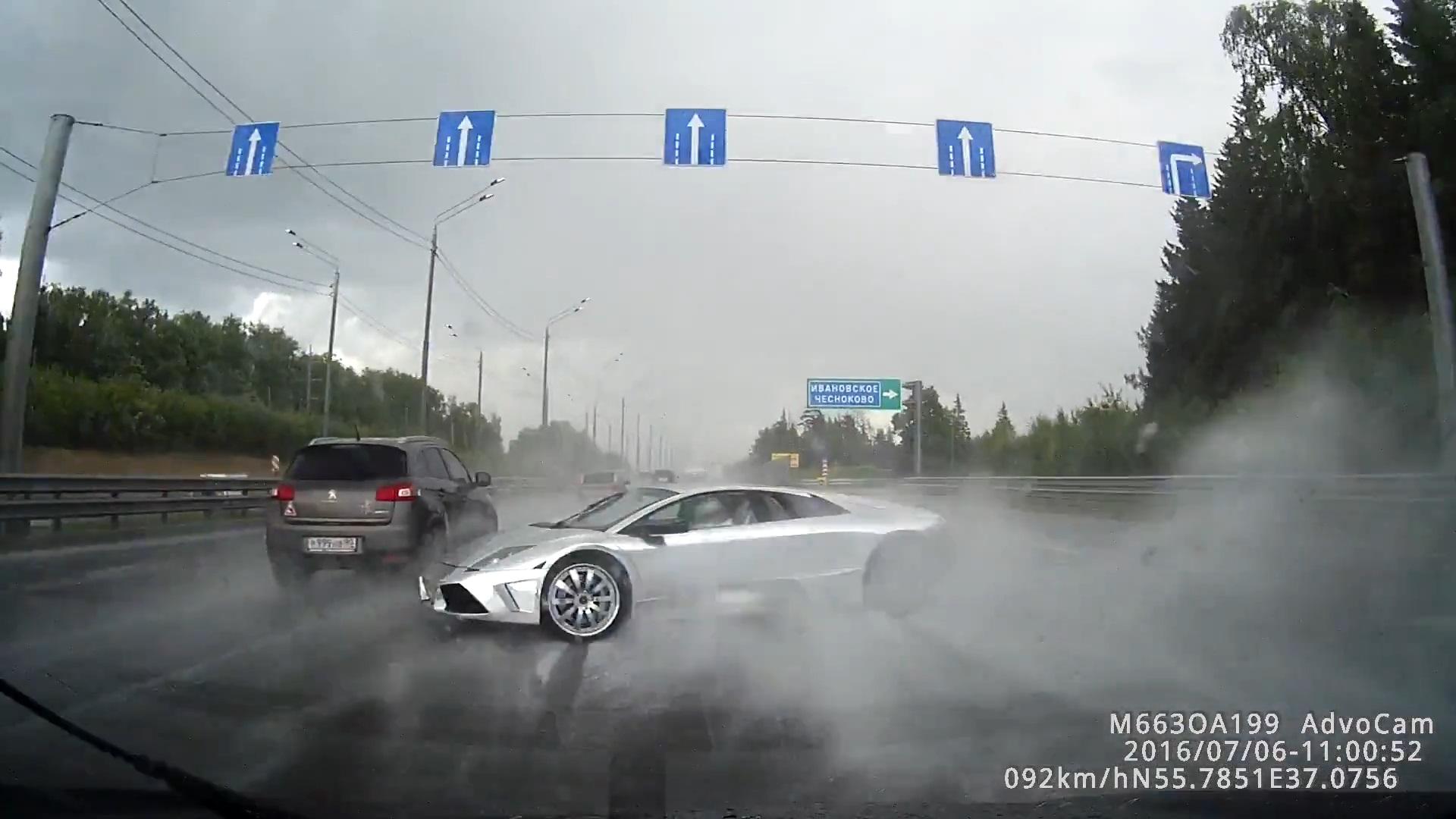 爷爱怀旧 YouTube每日视频精选 莫斯科某高速 一辆兰博基尼蝙蝠在雨天行驶依然不减速 结果失控撞毁 微博@爷爱怀旧 爷爱怀旧