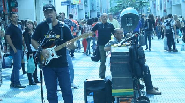 街头艺人 街头艺人 【巴西街头的吉他手牛 - 摇摆的苏丹(恐怖海峡)】Sultans Of Swing 全世界都流行的摇滚经典,看看巴西人还真的很友善!Willian Lee 吉他弹的挺6,一位职业的吉他手愿意奏上街头表演,是巴西的音乐工作难混?还是纯粹个人