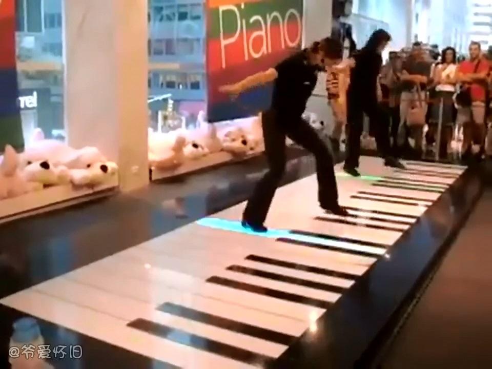 爷爱怀旧 实拍大神用脚踏钢琴演奏名曲 看这欢脱的步伐