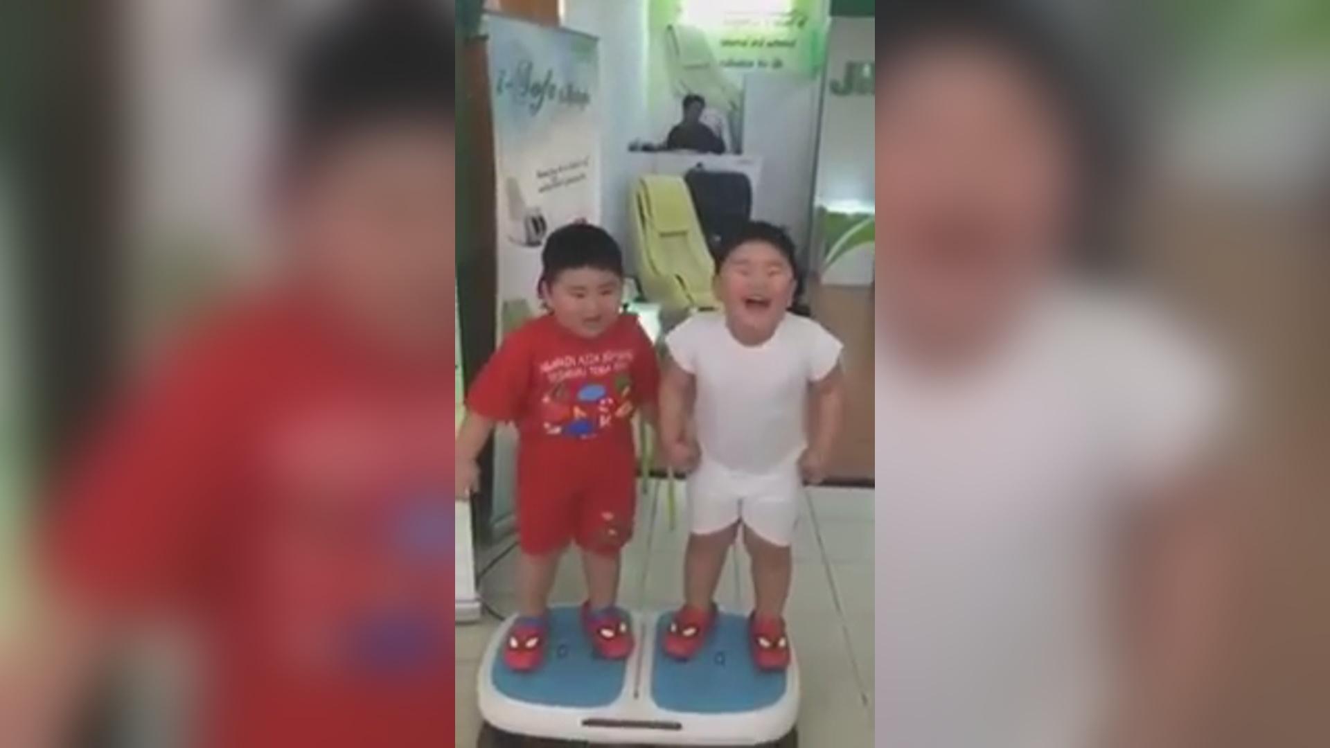 有趣的短视频 ZoominTV 搞笑胖娃玩减肥振动器~