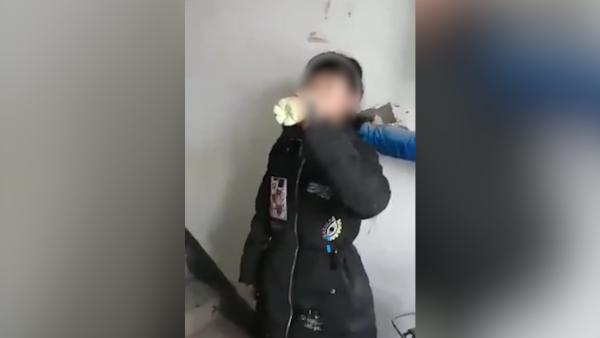 女生被逼喝不明液体_黑龙江伊春友友好一中校园欺凌视频