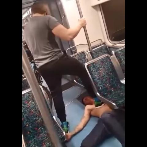 爷爱怀旧 一名疑似嗑药的男子在地铁惹事 被一名壮汉制服 微博@爷爱怀旧 爷爱怀旧