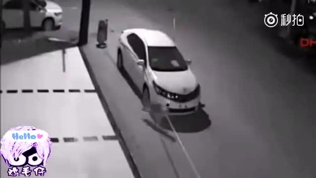 海外司机把车停在路边一夜,第二天看到这段监控画面!