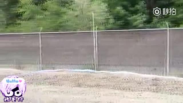 美国一年轻男子,独自跑去废旧汽车回收站,手机拍到这一段录像!